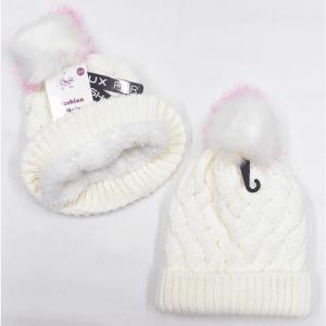 Hvit strikkelue med rosa og hvit fuskdusk